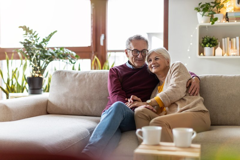 Ein älteres Ehepaar auf der Couch (Illustration)