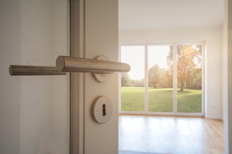Eine Tür öffnet sich in einen hellen Raum (Illustration)